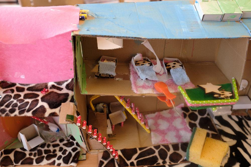 """De slaapkamer   """"Dit is de slaapkamer voor kinderkatten. Mét een terras, zodat ze uitzicht hebben op de woonkamer."""""""