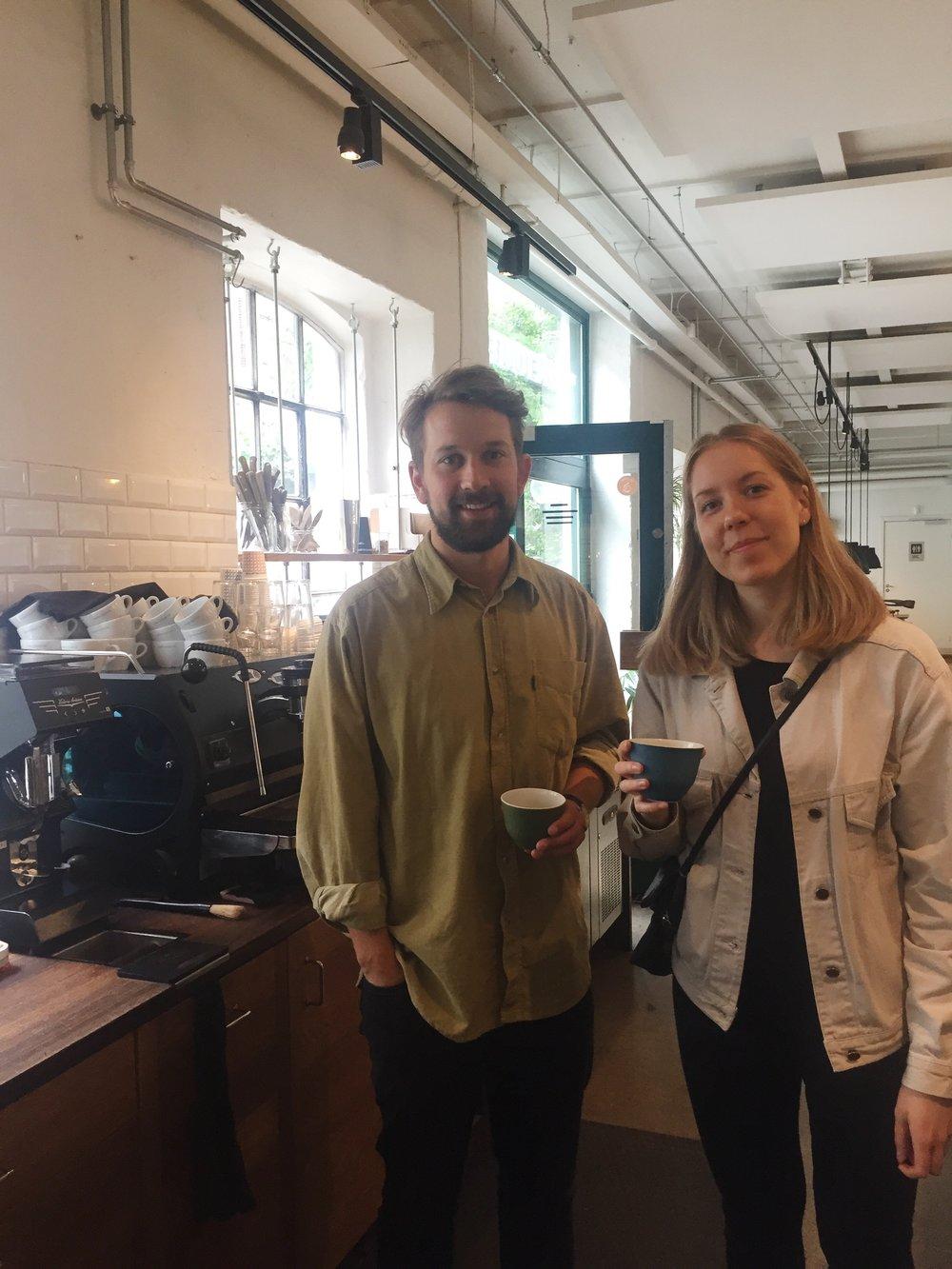 Anna var forbi risteriet og kaffebaren på Godthåbsvej. Her med barista Callum Hare fra Coffee Collective.