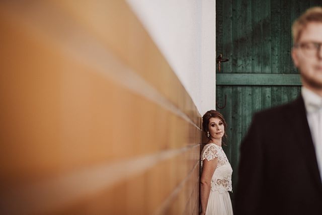 In this photo you see some leading lines and complementary colours. And a couple, of course.  #huffpostweddings #authenticlove #huntingmoments #neverstopexploring #exploretocreate #weddingday #bohowedding#vintagewedding #lovers #hochzeitswahn