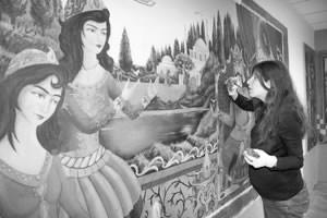 Anahita Tamourian kom fra Iran for å male bildene på inngangspartiet