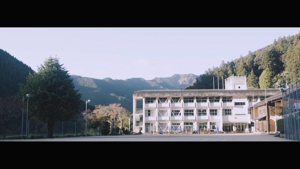 桜谷小学校、最後の174日 小原穣|ドキュメンタリー|2016|0:30:00 2016年3月31日をもって休校が決定した徳島・那賀の桜谷小学校を舞台に、残された日々を駆け抜ける最後の児童11人や教員たちの姿を映し出す。