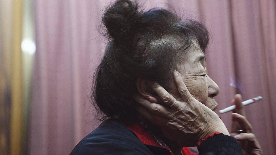 神山アローン 長岡マイル | ドキュメンタリー|2016|0:30:00 2010年冬、神山で暮らす散髪屋の幸っちゃんに僕は出会った。彼女は一体何を考え、これまでどうやって生きてきたのかを聴いているうちに途方もなく闊達している中にある、ある寂しさに気づいた。