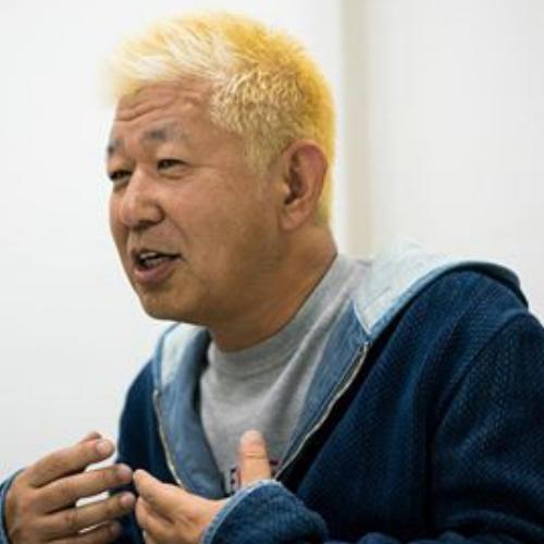 土屋敏男 | Toshio Tsuchiya  映画監督   1956年生まれ。日本テレビにて主にバラエティー番組を担当。ドキュメンタリーの視点を取り込んだ「電波少年」シリーズは予定調和を崩すスタイルが反響を呼び、社会現象に。他に「ウッチャンナンチャンのウリナリ!」など。現在、日本テレビ・シニアクリエイター、「一般社団法人1964 TOKYO VR」代表理事。本作が映画初監督作品となる。  http://kinchan-movie.com