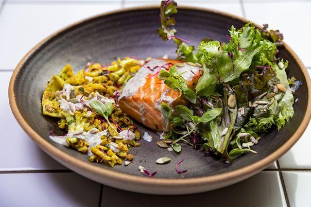 Só de olhar já dá água na boca! A nossa Capers and Thyme Caesar Salmon é feita de salmão, páprica picante, alcaparras, tomilho e alho assado. O acompanhamento é um arroz de couve flor com cúrcuma e cranberries.  O prato faz parte do nosso cardápio de eventos. Saiba mais pelo e-mail eventos@greenup.com.br ou ligue para (31)3586.4007. #EatGreenUp #GreenUpYourself #healthylife #comidasaudavelBH