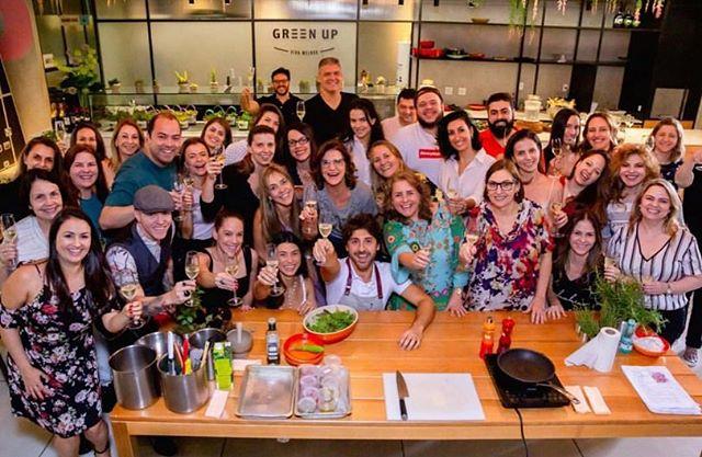 Pela foto já dá para perceber que o workshop de saladas do chef @felipecaputo e da nutricionista @alessandrafeltre foi um sucesso! Obrigada a todos que participaram. Foi um prazer recebe-los na nossa Casa Conceito. #EatGreenUp #GreenUpYourself #healthylife #comidasaudavelBH