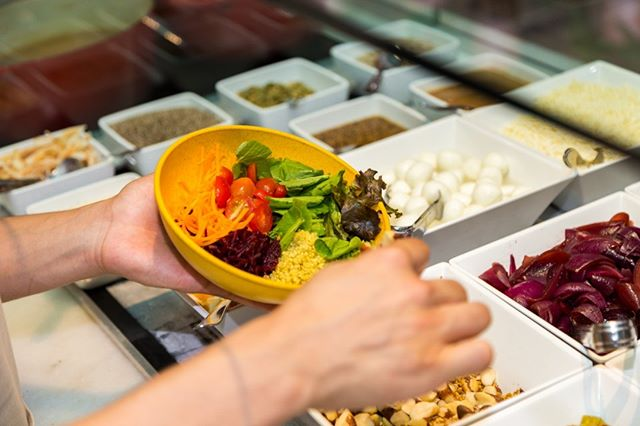 Aquela dica esperta para quem experimentar o nosso #SaladBar: o chef @felipecaputo desenvolveu 4 molhos especiais que realçam ainda mais o sabor dos ingredientes frescos e naturais que temos por aqui. Aproveite e se delicie! #EatGreenUp #GreenUpYourself #healthylife #comidasaudavelBH