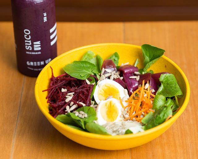 Para dar conta desse calor e manter o foco na dieta, só com o nosso #SaladBar. Monte sua salada com produtos frescos e selecionados especialmente pelo chef @felipecaputo e aproveite para experimentar um dos nossos sucos naturais! #EatGreenUp #GreenUpYourself #healthylife #comidasaudavelBH