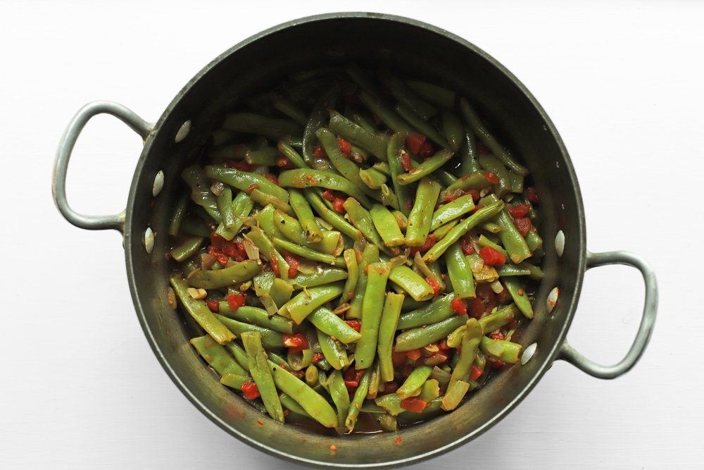 lubiyeh b'zetha (green beans steam-fried in olive oil)