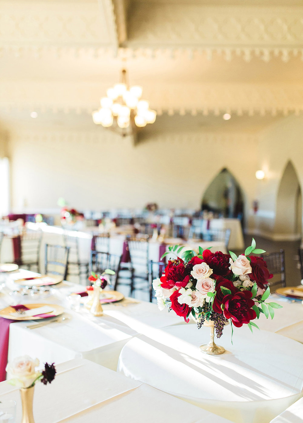 Castle at Rockwall wedding with X tables and red flowers