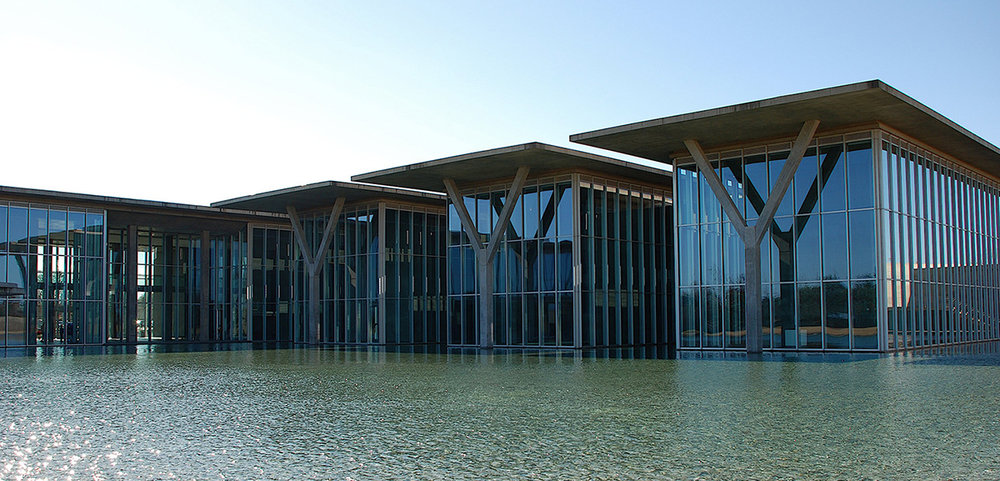 the modern art museum of fort worth exterior reflecting pond