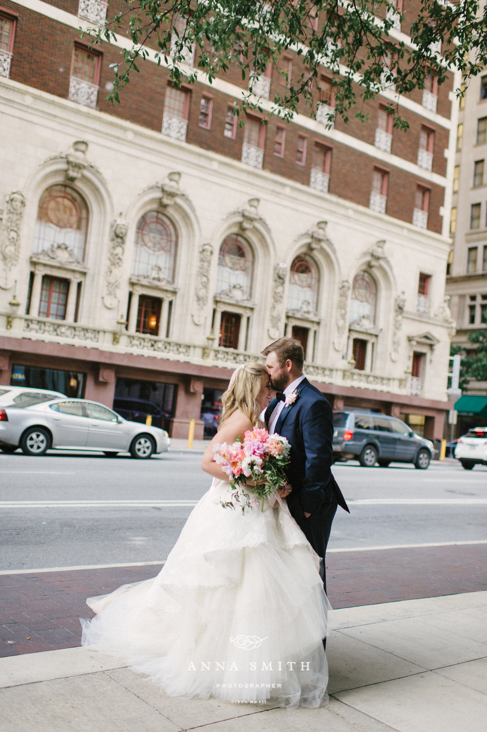 Bride and groom photos in downtown dallas