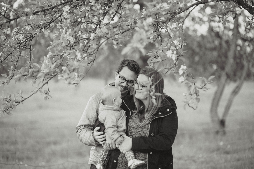 enumclaw_farm_lifestyle_family_rain_session 7.jpg