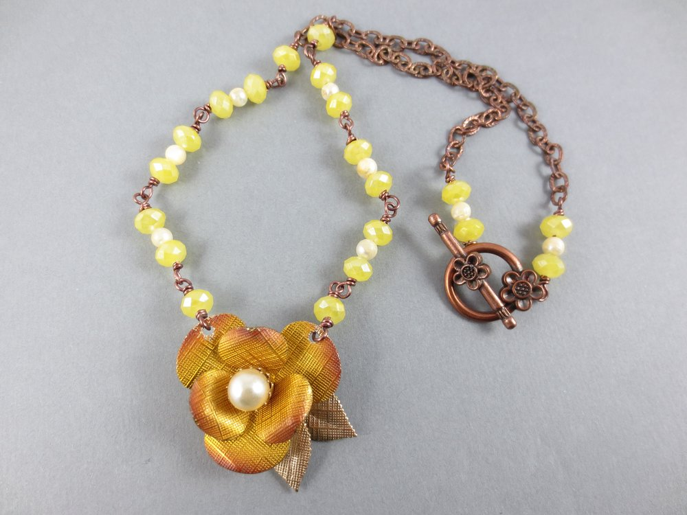 1950s flower/milky yellow beads/coppertone chain