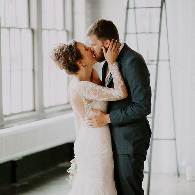 Those first first look kisses 😍 • • •  #justalittleloveinspo #destinationweddingphotographer #belovedstories #radlovestories #weddinginspo #junebugweddings #lookslikefilmweddings #bridalinspo #featuremeoncewed #weddingdress #intimatewedding #weddingphotographer #weddingideas