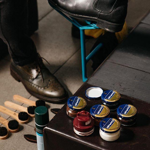 @saphir_official polish at work @kingsandknavesespresso  #fortisgreenshoeshine #melbourneevents #shoeshine #shoeshinemelbourne #saphir #shoeshinechair #melbournemarketing
