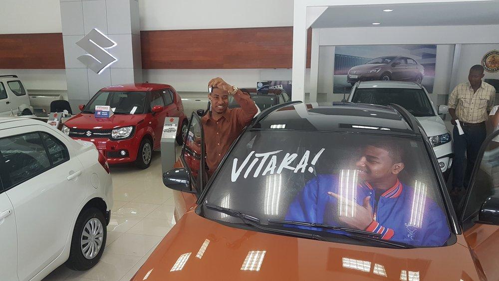 La Caribe Motors félicite l'humoriste Atyspanch pour sa nouvelle Suzuki Vitara.