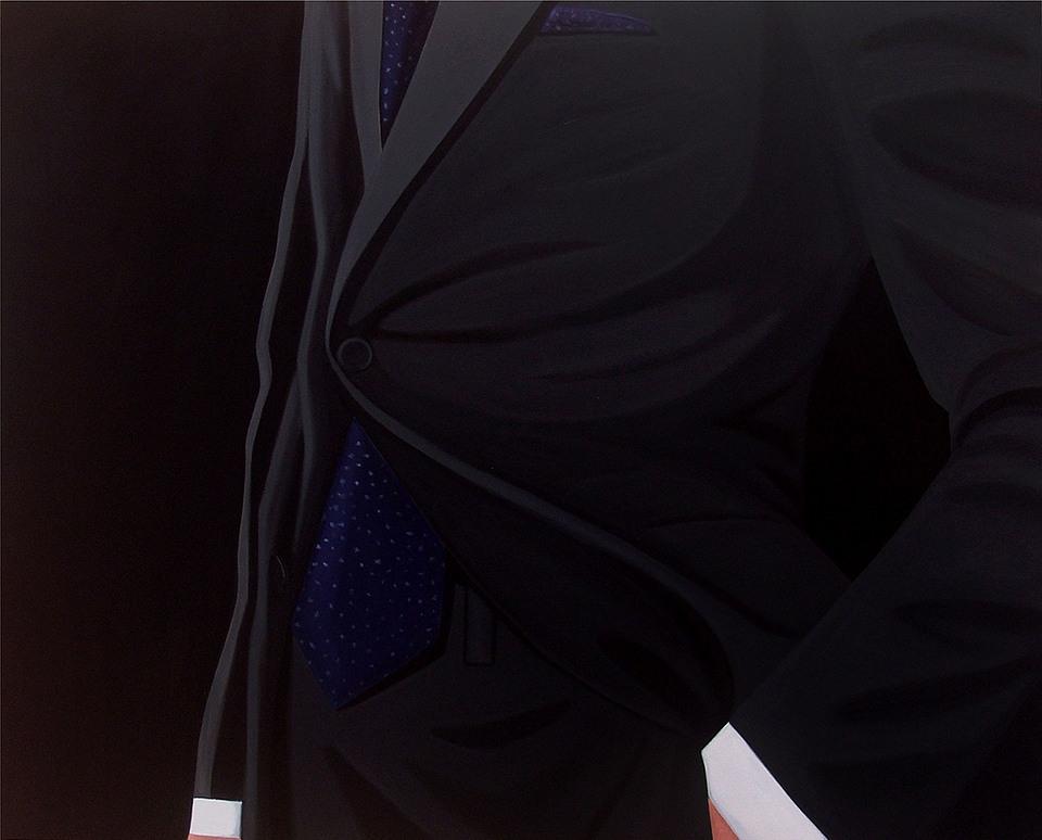 Hombre te traje sombre fondo negro