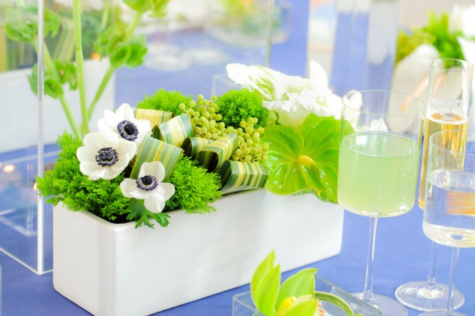 Sweetchic green modern fresh tablescape hinojosa photography. loft. navy blue linens. white chiavari chairs. white anemones green leaves. green trick