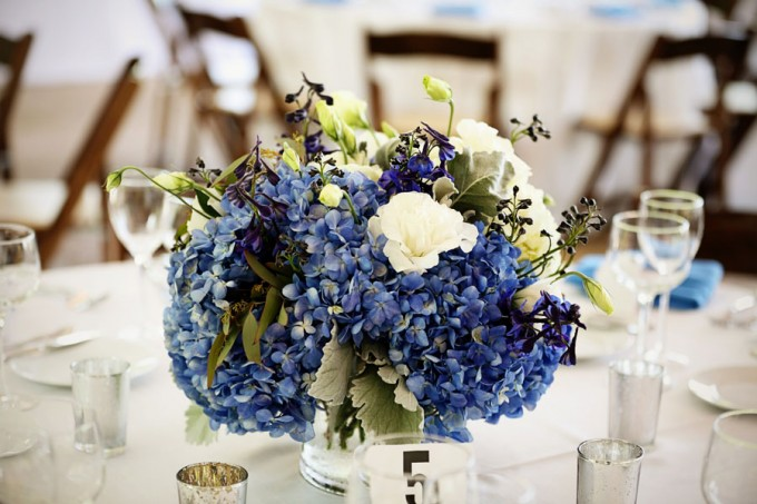 21. Chicago Botanic Garden Wedding. Life on Prints. Sweetchic Events. Exquisite Designs. Low Centerpiece arrangement with blue and white hydrangea with accents of green.
