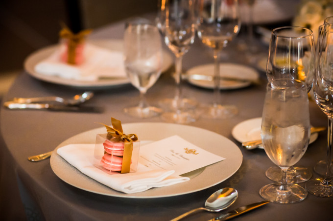 25. Langham Chicago Wedding. Steve Koo Photography. Sweetchic Events. Grey Linens. Pink. Blush. Strawberry Champagne Macarons. Vanille.