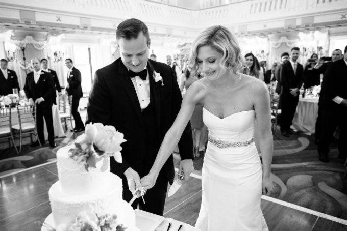 38-blackstone-chicago-wedding-pen-carlson-sweetchic-events-cake-cutting-bride-and-groom-black-and-white
