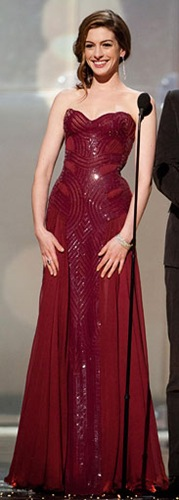 Anne-Hathaway-Oscar-dress burgandy versace