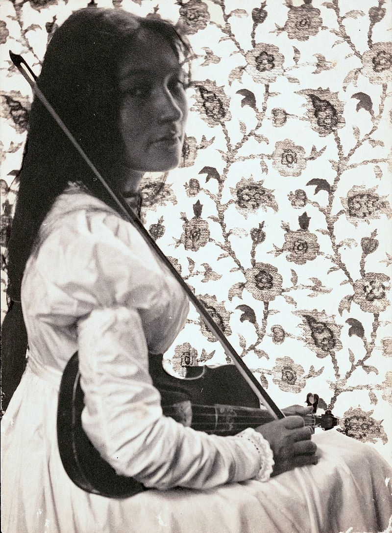 Zitkala-Ša with her violin in 1898, public domain.