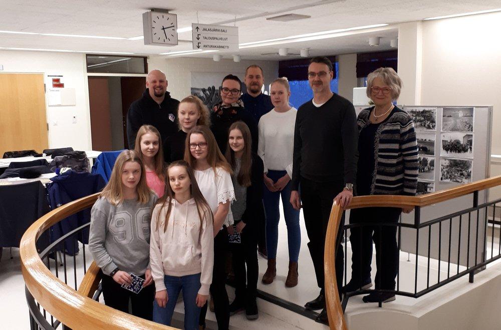 Lahjoitusten vastaanottajat yhteiskuvassa LC Jalasjärvi / Liisat Lucia-vastaava Kirsti Ventelän kanssa.