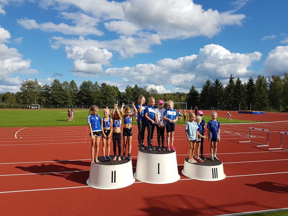 T9 4x400m viestin hopeamitalistit (Melida Niemi, Manna Keski-Kokko, Anni Yli-Peltola, Elina Viinamäki)