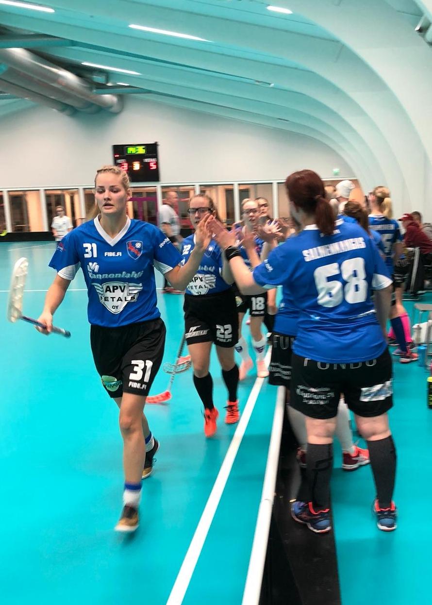 #31 Nita Mäki-Ventelä pisti pallon ISB II:n verkkoon ja kavensi pelin loppulukemiksi 3-5. Syöttöpisteen osumasta nappasi #22 Katri Ojaniemi.