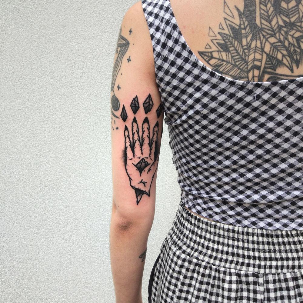 Chute De Strings Tattoo Tatouage Traditionnel Contemporain Sur