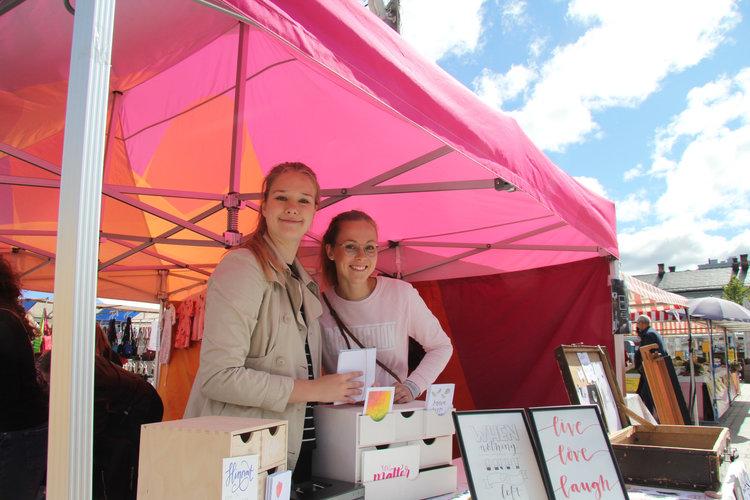 Vuoden 2018 kesäyrittäjät Anna-Sofia ja Hilma Oulun kauppatorilla kesäkuussa. Kuvaaja: Kalle Vähäkuopus