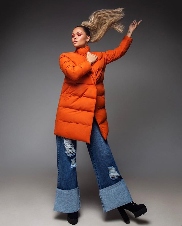 Walking into the weekend like........🧡 @lizaowen 🎧🎤 @abbirosemakeup 💋 @condrycalvinmlilo 📸 @ellisransonx 👘 @charliewilkinsonhair ✂️ #lizaowen #music #artist #singer #songwriter #orange #puffa #90s #90sfashion #highponytail #ponytail #bigpony #hairflick #hairflickonpoint #saturday #vibes