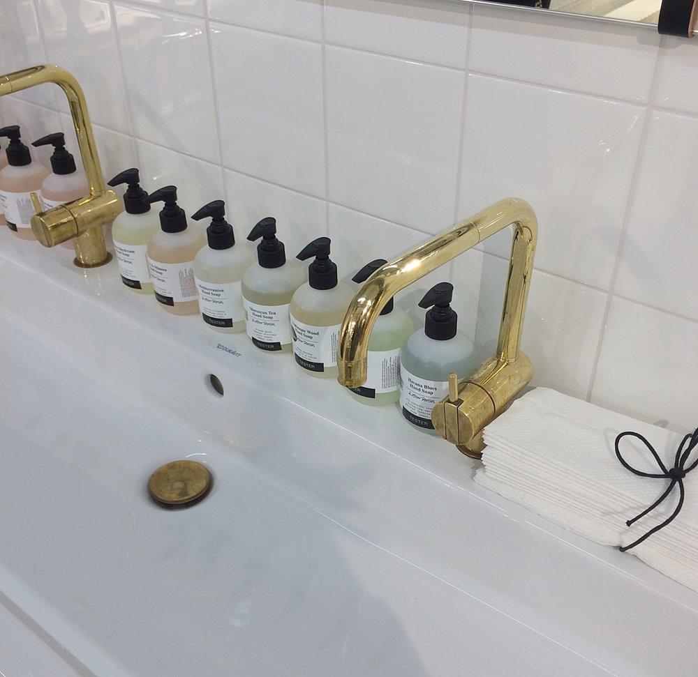 Liikkeestä löytyi käsienpesuallas, jossa pystyi testaamaan haluamiaan saippuoita ja kuorintoja. Mahtava idea :)