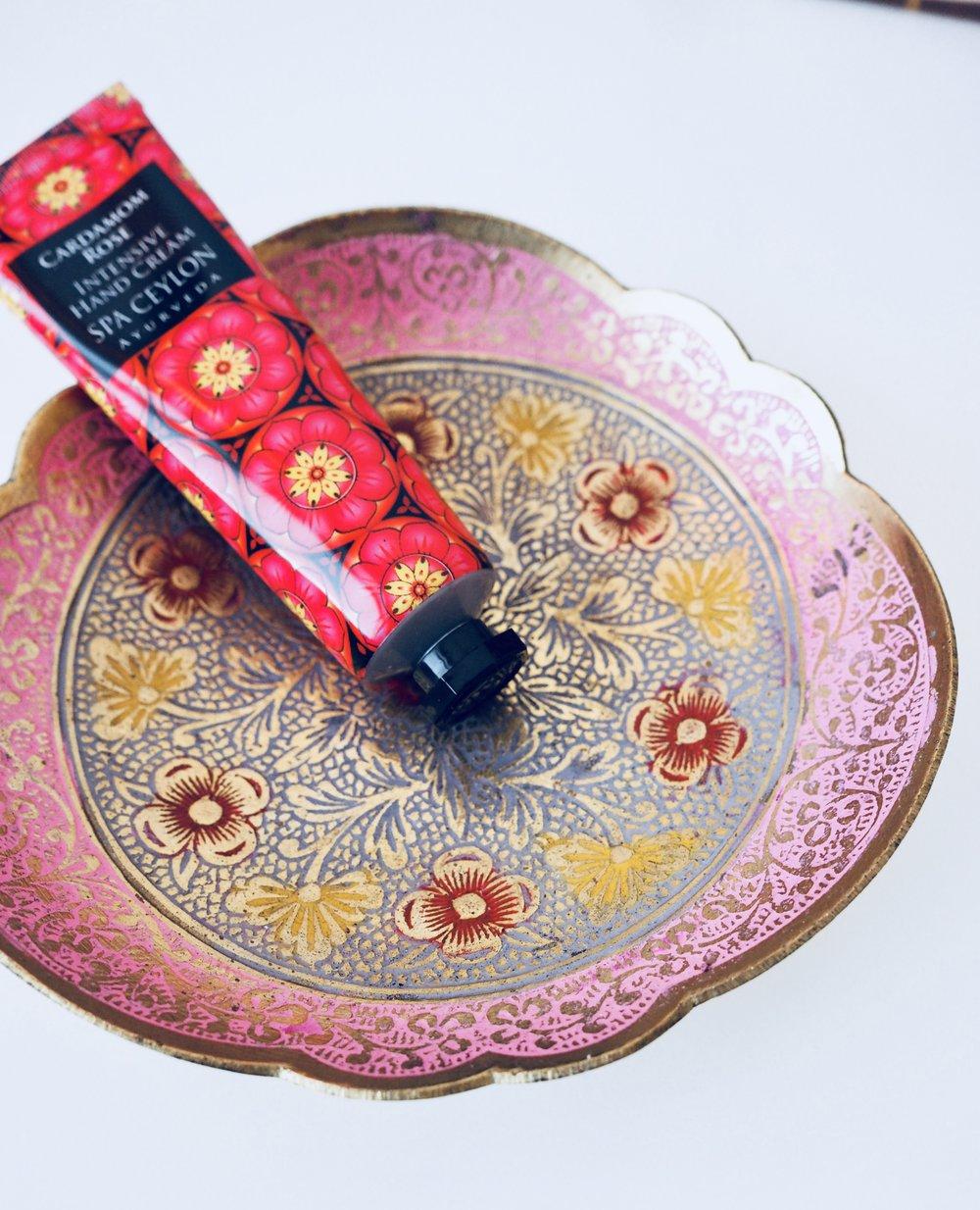 Kippoja ja kuppeja tarttuu aina jokunen mukaan. Tällä kertaa pieni lautanen, jossa on lempivärejäni vaaleanpunaista ja kultaa...
