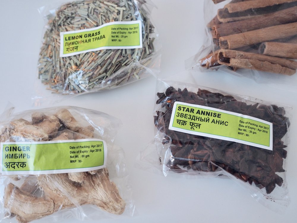 Luomumausteita (nämä ovat mausteplantaasilta): inkivääriä, anista, sitruunaruohoa & kanelia. Vaniljajauhetta olisin vielä kaivannut...