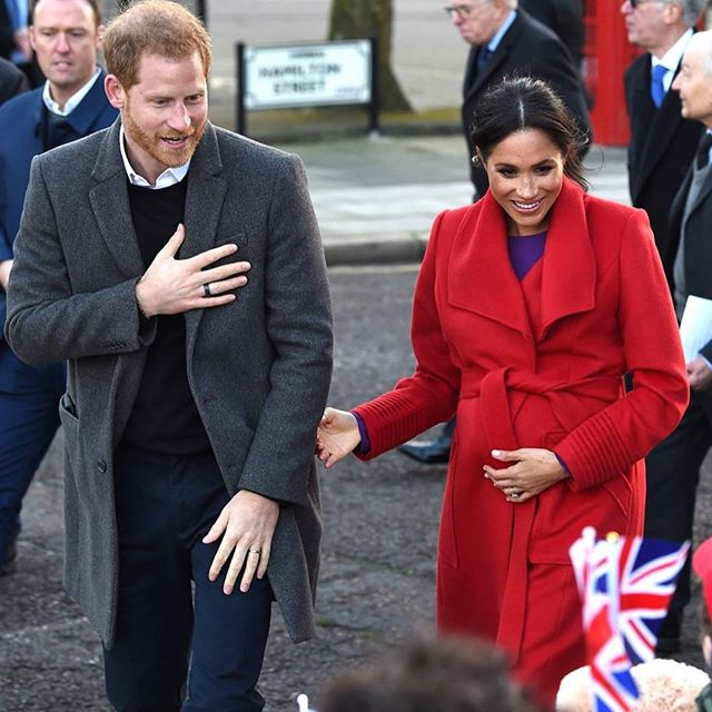 🚨ROYAL TREND ALERT 🚨The gorgeous Meghan Markle spotted in SENTALER's Fall/Winter 19 Long Wide Collar Wrap Coat in Red! ✈️✈️✈️ How stunning is this purple and red colour block? We're obsessed with this Royal mom-to-be giving us our first peek at the new collection! Check link in our bio to get your hands on this stunning, timeless piece! 🛍️ 🛍️ 🛍️ ⠀ .⠀ .⠀ .⠀ #sentaler #sentalerwoman #style #fashion #canadianfashion #canadianbrand #canadian #toronto #torontostyle #canadiandesigner #clientlove #client #crueltyfree #alpaca #wearcanadianmade #CanadaStrong #royalfamily #houseofwindsor #meghanmarkle #princeharry #royals #royal