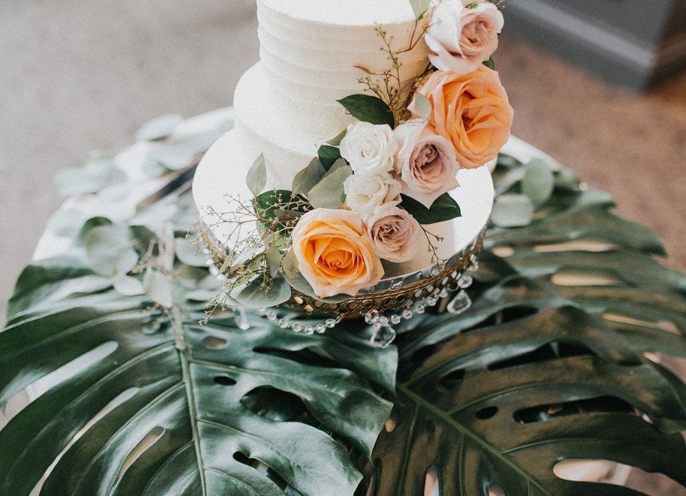 dloveaffair_wdding_cake_table.jpg