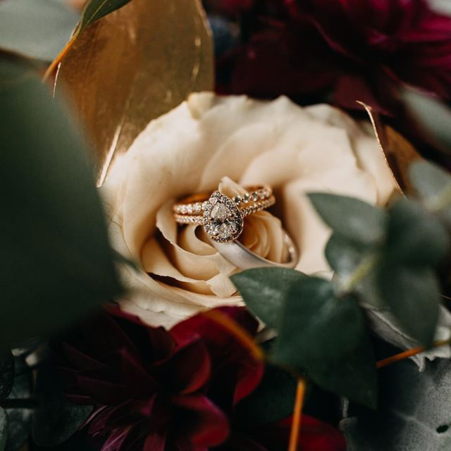 Since the Instagram algorithms on the weekend is like a mom without coffee in the morning, here's a picture of a pretty ring. You probably won't even see it, but it will make my feed pretty. 🤷🏻‍♀️