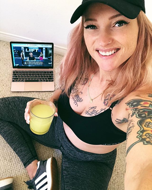 Sometimes I look pregnant sometimes I don't 🤷‍♀️😂 It's Monday and my last day in California before I begin the drive back home to Portland. We're heading to the beach today so I made sure to get in my workout on my laptop with my go go juice FIRST! I also made sure to check in with my team to discuss our goals for the second half of the year. We're pushing for big goals TOGETHER! It feels so good to have so many RAD women in my corner 😍👊 I want to extend the invitation to YOU now. I'm looking for 10 women to join the #TCB community and get healthy before summer's end! •8 weeks •4 days a week / 3 rest days •flexible meal plan •modifier option - 👋 hi. I'm pregnant •supportive fit fam included ⚡️ Link in bio ⚡️#nevermissamonday