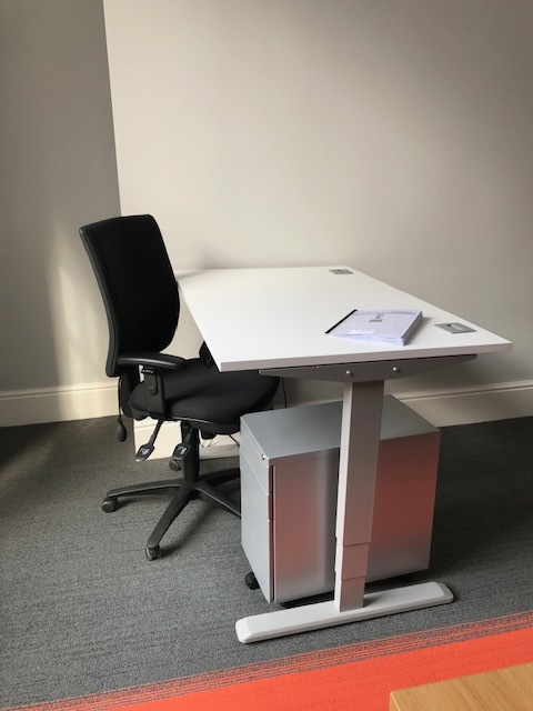 Electronically adjustable table in seated position