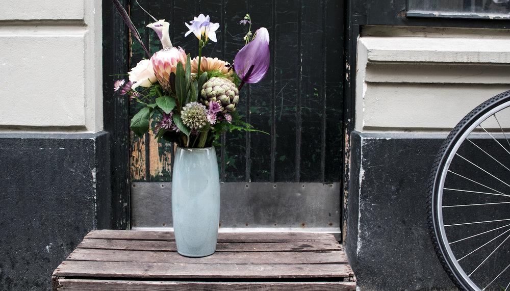 Blomsterpleje   Det er altid en god idé, når man modtager en buket, at give alle stilkene et friskt skråsnit med en skarp kniv.