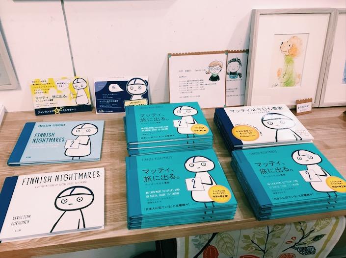 イベント時のひるねこBOOKSさんの棚。原書(左)は出版社さんがこのとき限定で持ってきてくれました。