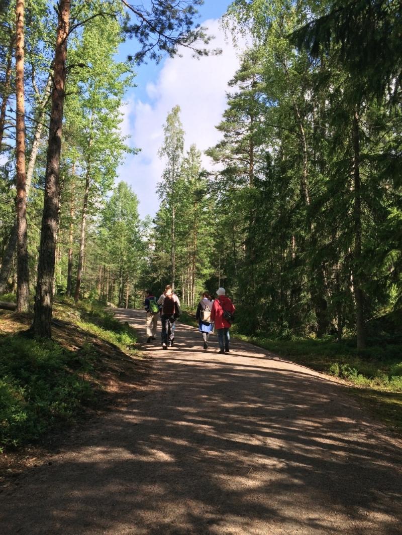 こんな感じでフィンランド人のお兄さんに引率されて森の中へ。