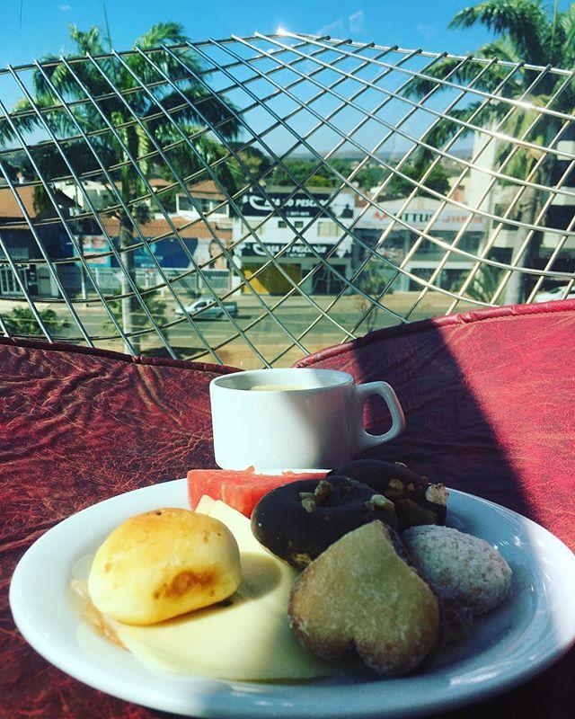Finally! Breakfast in the balcony! #myroom #mybalcony #ibroughtituphere #maisomenos #paracatu #paracatubrazil #brazil #dontjudgemybreakfast #cafedemanha #desayuno #travel #travelgram #travellife #travelingram #travelblogger #letsgetlost #adventurecallstous
