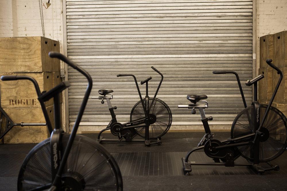 Le  Assault Bike , est l'un des outils pour travailler la portion métabolique des séances CrossFit. Souvent utilisé pour un entraînement fractionné (efforts courts et intenses), il est difficile de faire mieux en termes de sollicitation du système cardio-vasculaire.