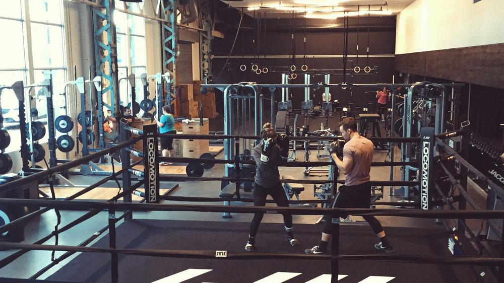 Le Studio Boxe offre l'efficacité de l'entraînement du boxeur sans coups portés. Nos coachs utilisent le ring pour des séances privées qui permettent de perfectionner la technique.