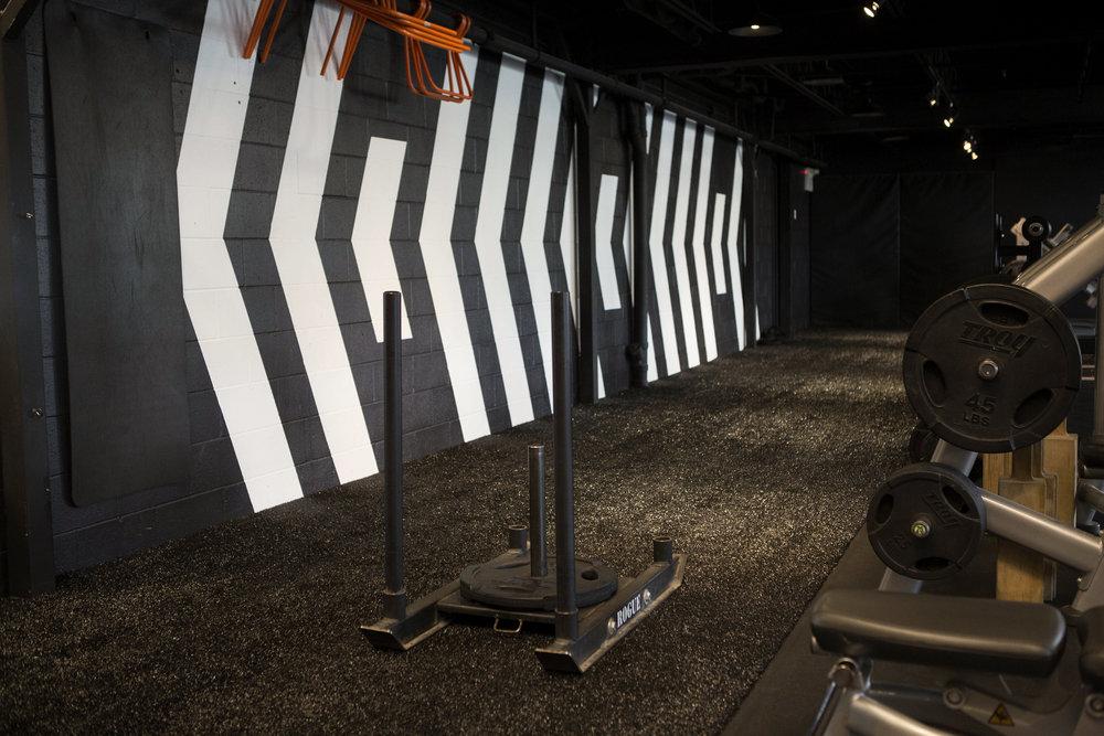 Pousser un traîneau avec charges est l'un des exercices très souvent utilisés au Studio. Il permet de renforcer les muscles des jambes tout en sollicitant le système cardio-vasculaire.