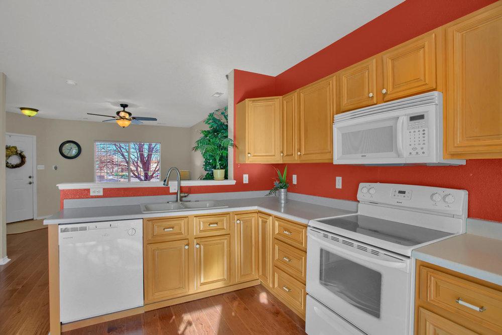 11662 Oakland Dr Commerce City-012-10-Kitchen-MLS_Size.jpg