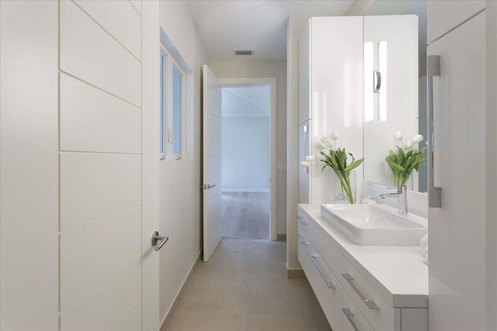 600-seasage-drive-bathroom.jpg